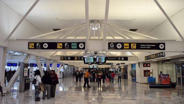 Зона регистрации в аэропорту Хуарес в Мехико