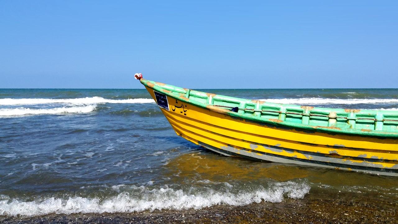 Аутентичная лодка на иранском пляже