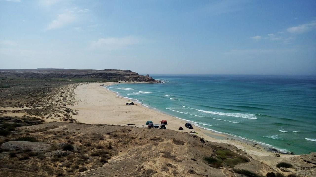 Дикий песчаный пляж близ Актау