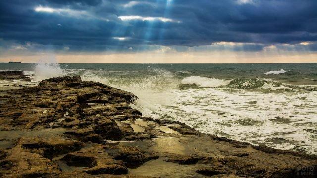 Грозовое небо над волнами