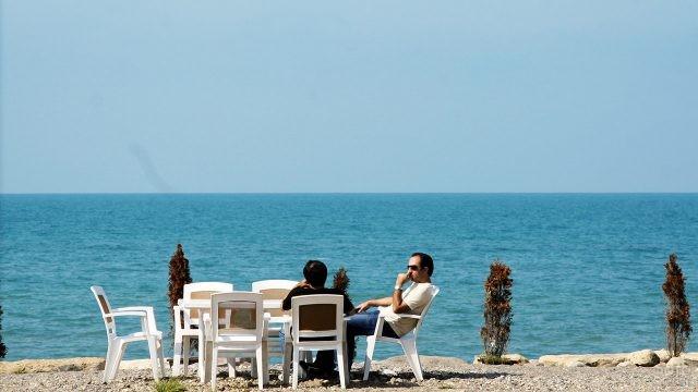 Иранцы за столиком на берегу моря