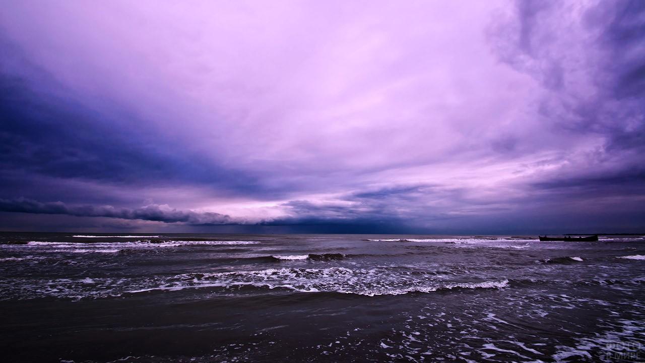 Красочное вечернее небо над морем