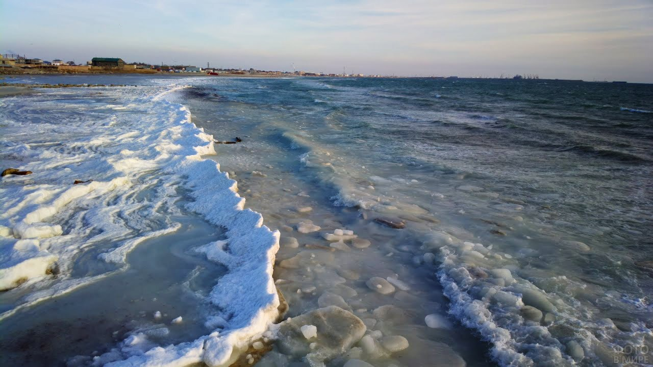 Обледеневший берег моря в зимнем Актау