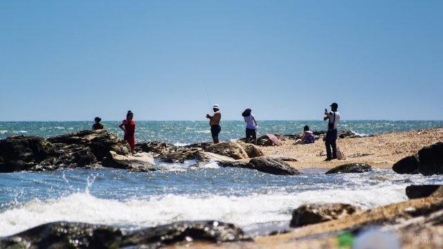 Оживлённый пляж Берёзки в центре Махачкалы