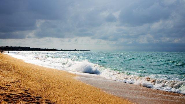 Песчаный пляж в шторм