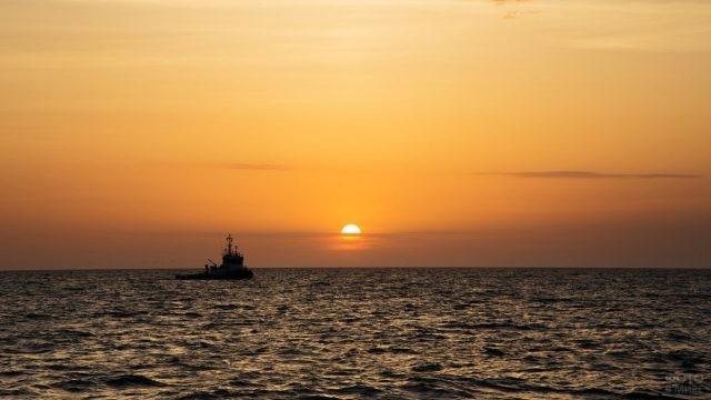 Рыболовецкое судно в вечернем море