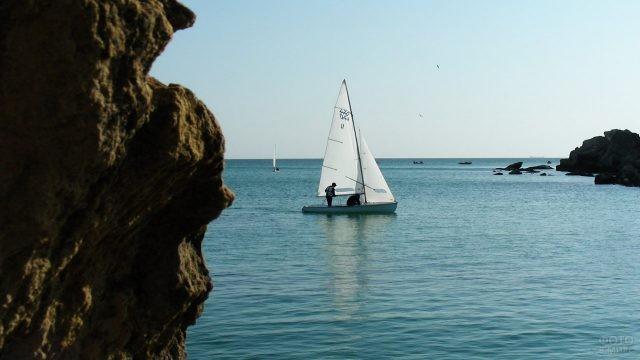 Спортивная парусная лодка в море