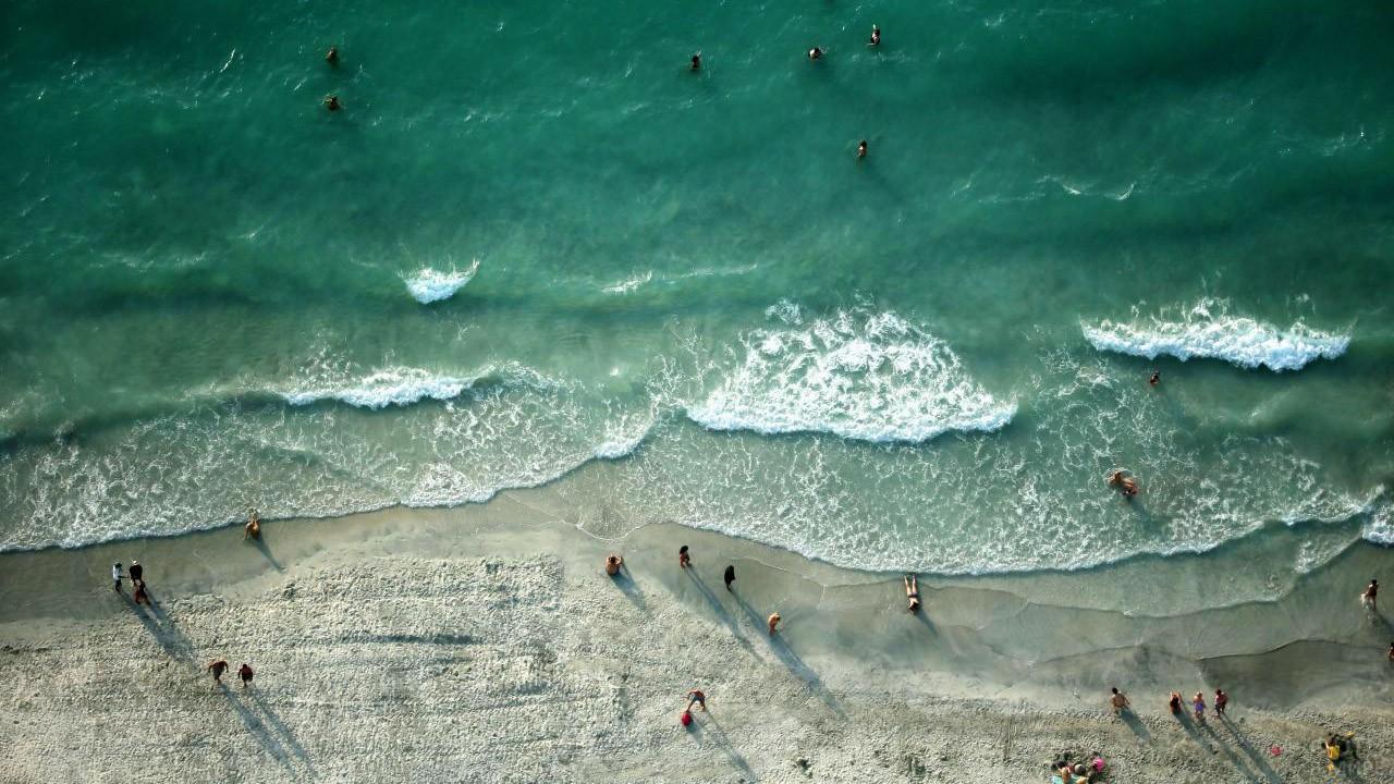 Вид бакинского пляжа сверху