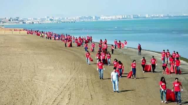 Волонтёры прибираются на пляже в Баку