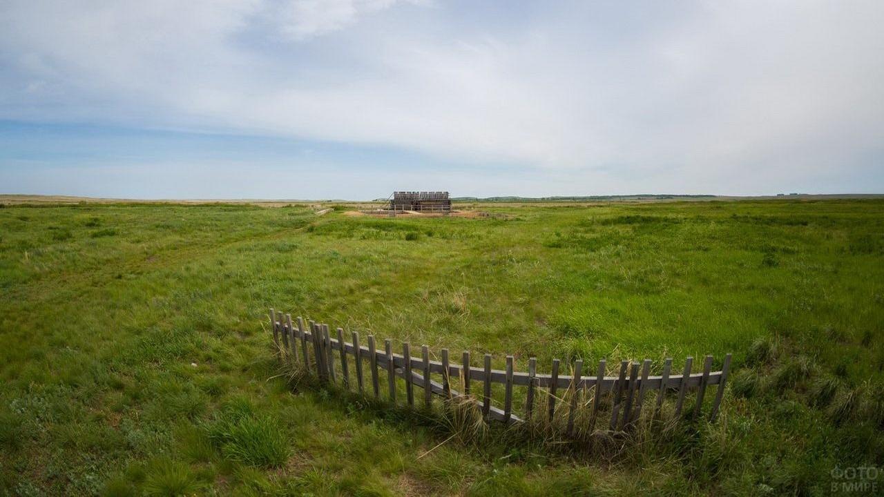 Одинокий забор в поле