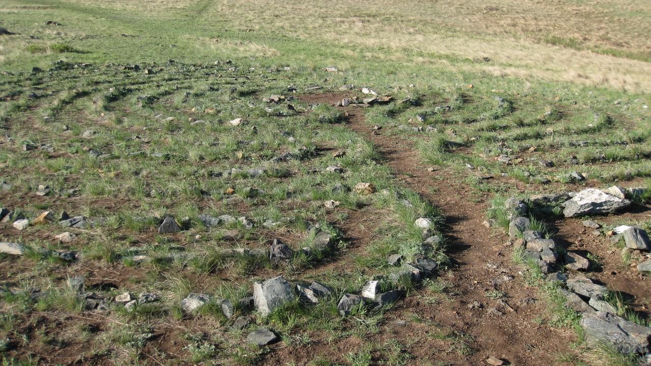 Тропинка по лабиринту из камней