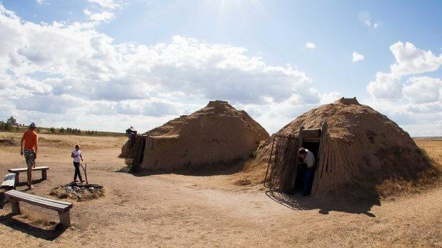 Туристы в домах их песка