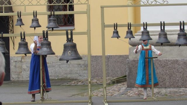 Девочки звонят в колокола