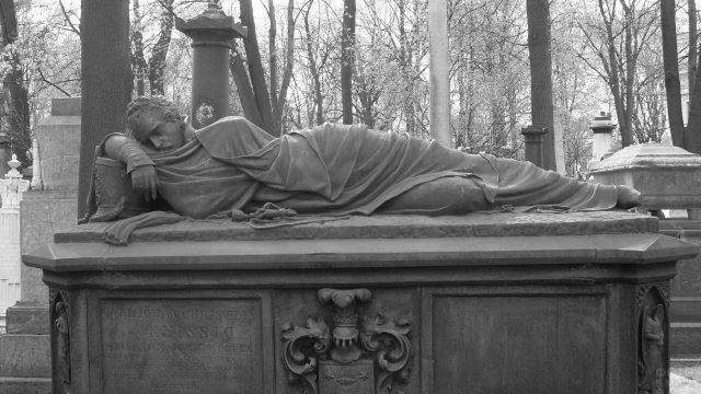 Каменное надгробие в виде скульптуры