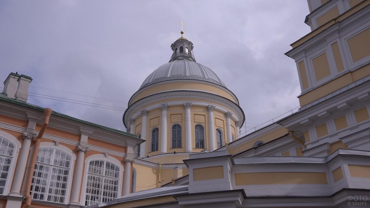 Купол церкви на фоне неба