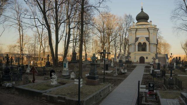 Старинное кладбище 18 века