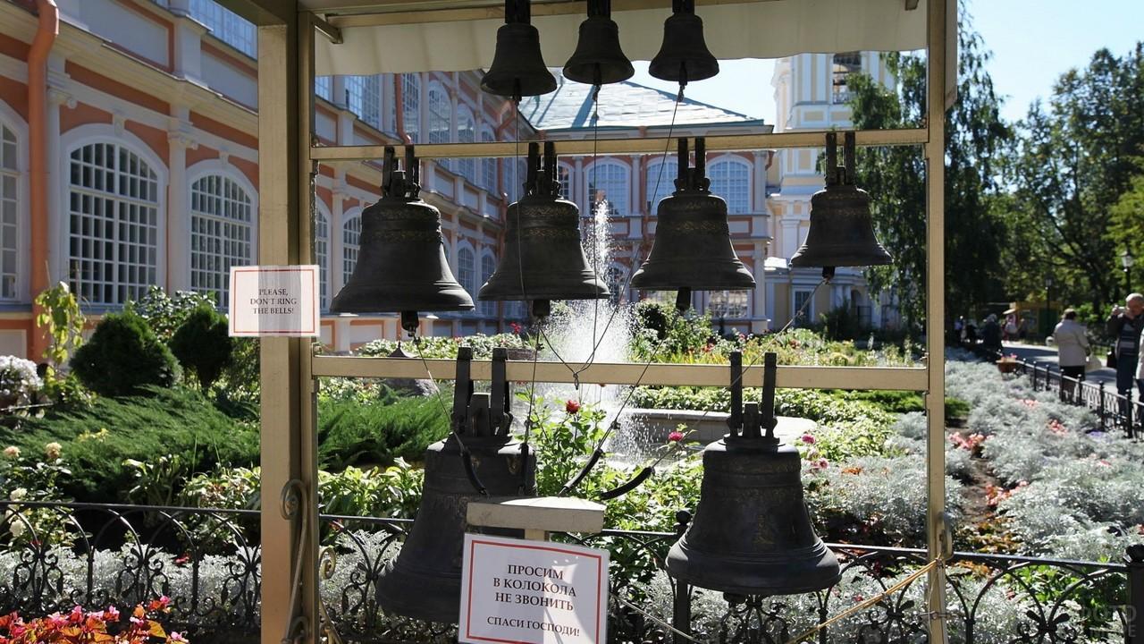 Стойка с колоколами у храма