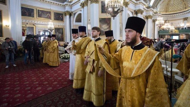 Священники на службе в монастыре