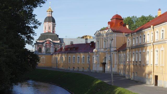 Здания монастыря вдоль канала