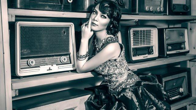 Девушка около радиоприёмников