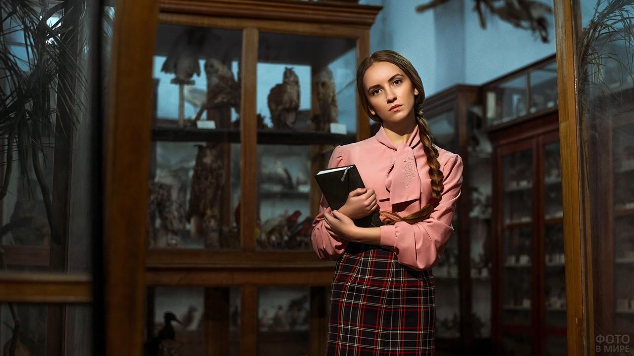 Девушка с книгой в руках