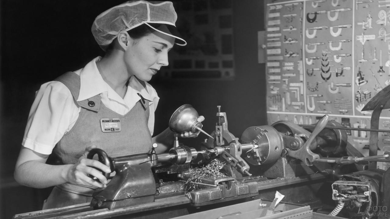 Девушка-токарь у станка