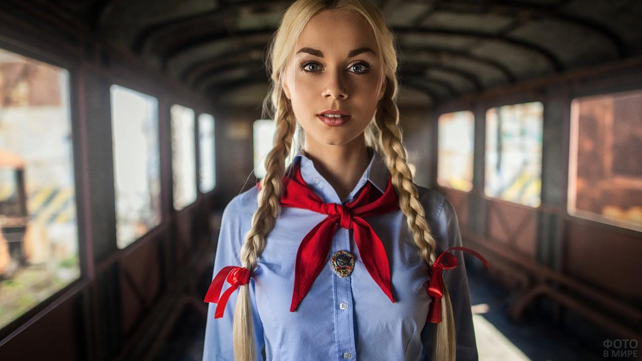 Девушка в красном галстуке