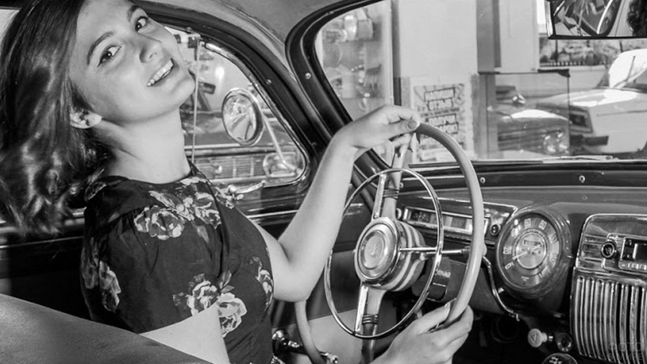 Девушка за рулём автомобиля