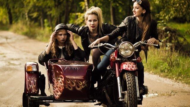 Девушки на мотоцикле Урал