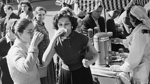 Девушки пьют газировку