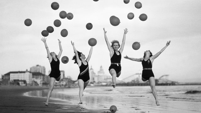 Девушки-спортсменки среди воздушных шаров