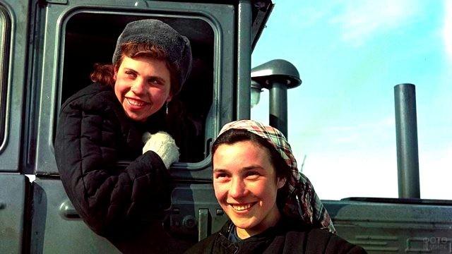 Девушки-трактористки в годы войны