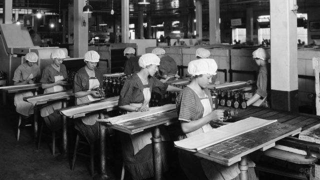 Советские девушки на фабрике