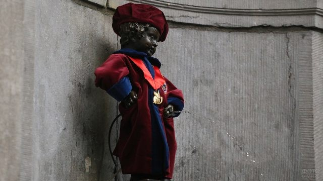Фонтан в наряде члена Королевского Братства Гердир д'Арденн