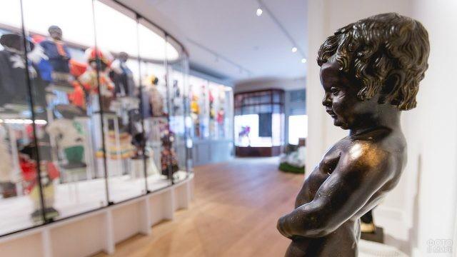 Копия бронзового мальчика в экспозиции его костюмов в Королевском музее