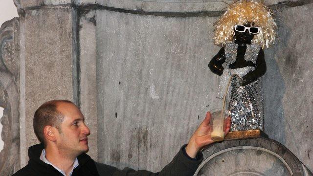 Маннекен-Пис в костюме Мишеля Польнарефф угощает пивом туристов