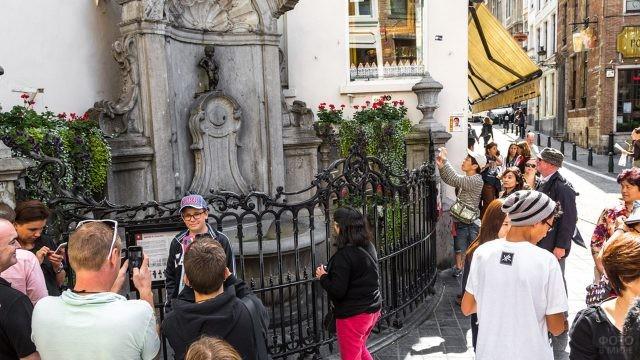 Многочисленные туристы у фонтана-талисмана Брюсселя