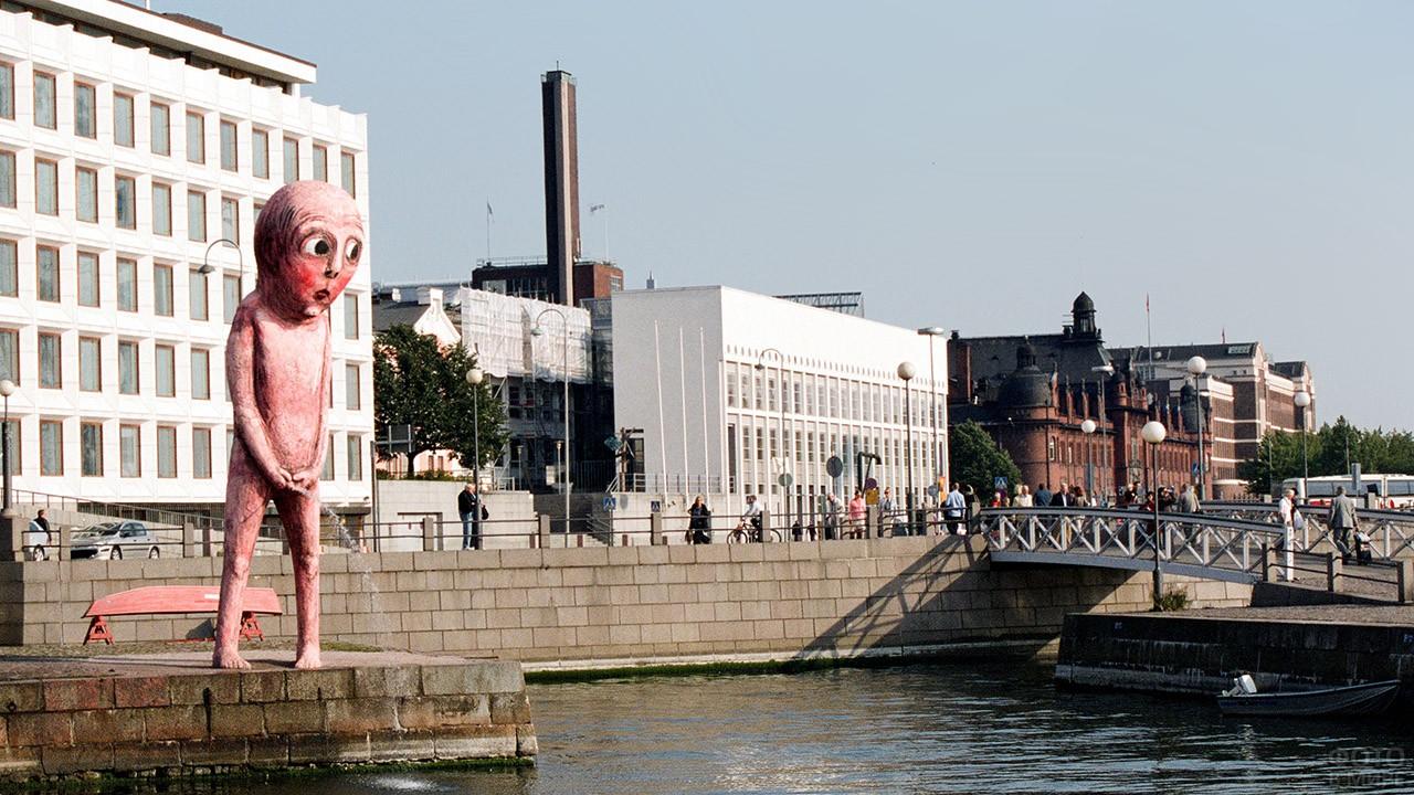 Скульптура Писающий мальчик в Хельсинки