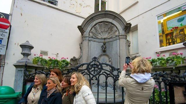Туристы фотографируются у фонтана Маннекен-Пис