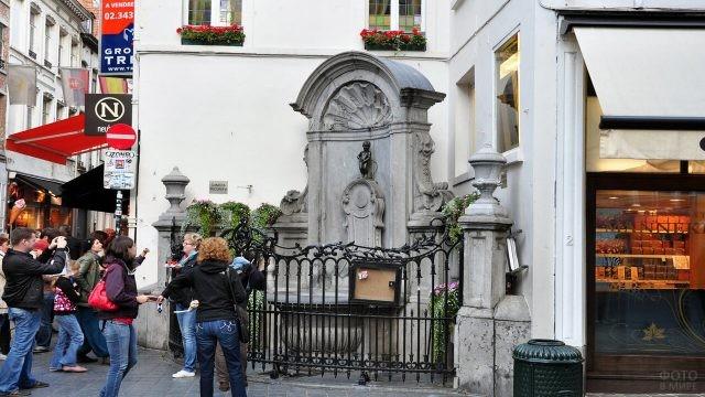 Туристы у главной достопримечательности Брюсселя