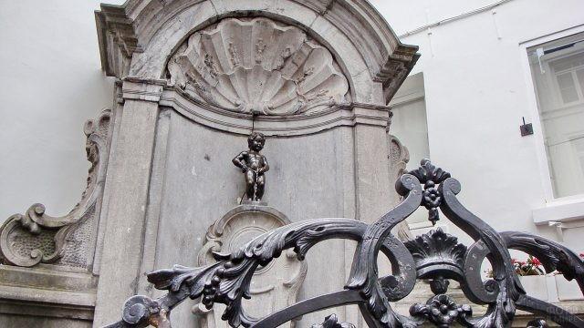 Живописный вид на фонтан Маннекен-Пис