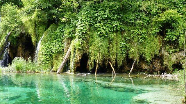 Пещеры и гроты в скалах и у воды