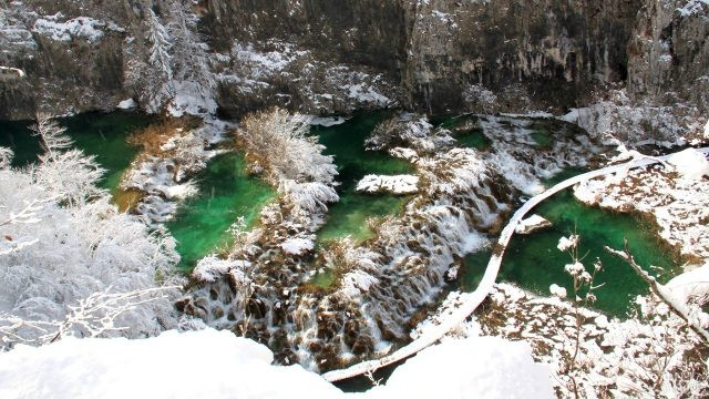 Припорошенный снегом каскад озёр