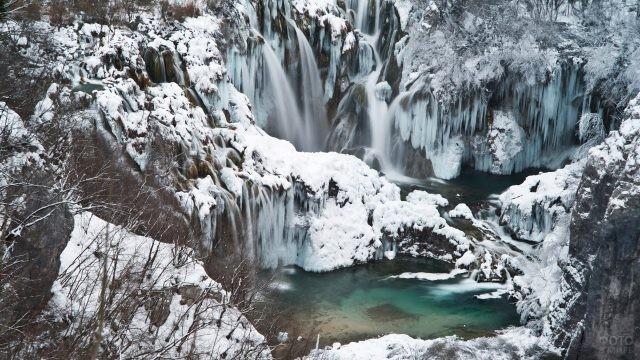 Пушистый снег в начале зимы - водопады ещё не замёрзли