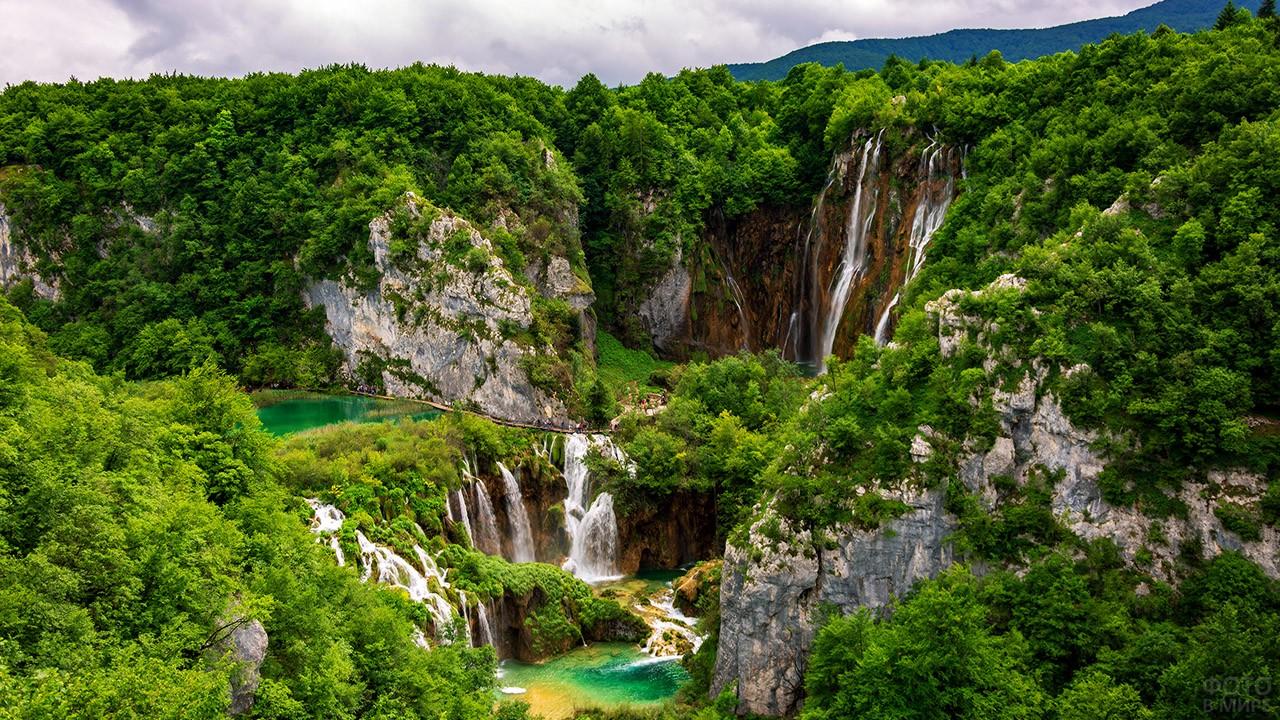 Скалы и водопады над озёрами
