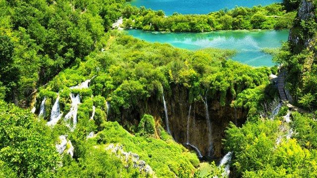 Верхние озёра срываются с обрыва многочисленными водопадами