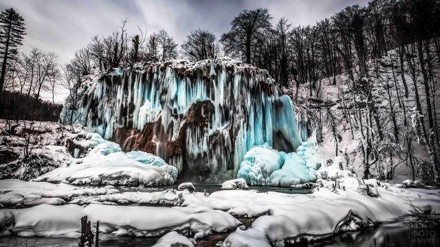 Застывший водопад в зимнем парке