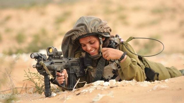 Девушка-снайпер с оружием