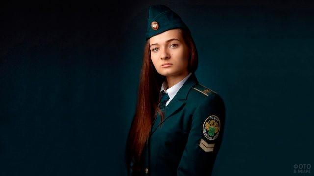 Девушка в форме таможни России