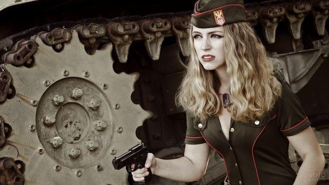 Девушка в немецкой военной форме